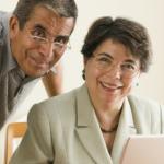 hombre y mujer mayor frente a una computadora preguntandose donde solicitar mi tarjeta Inapam