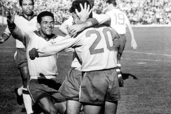 cinco jugadores de futbol celebrando un gol en chanca de estadio de futbol en un mundial