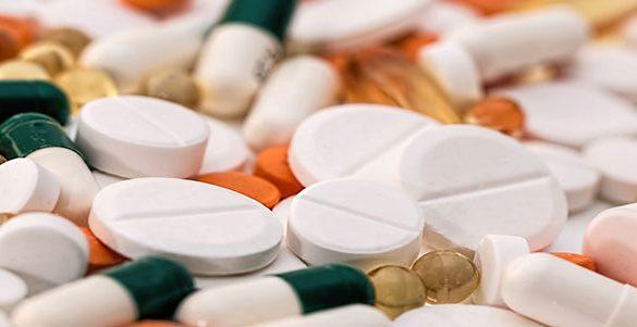varios y diferentes tipos de pastillas y capsulas siendo medicamentos especializados