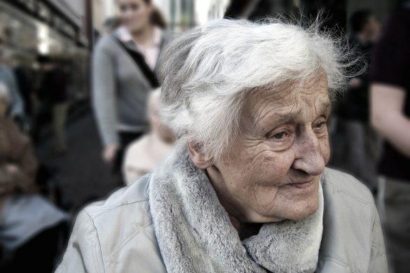 mujer anciana con ropa abrigadora con mirada perdida sintoma que tiene problemas