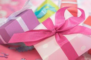 cajas de regalos con moños de varios colores