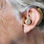 foto del oido de adulto mayor que usa aparato para la sordera por perdida de audicion