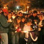 grupo de personas mujeres y hombres ninos y ninas con velas encendidas en una posada