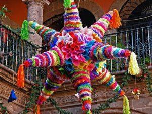 piñata colorida de siete picos colgada en lo alto