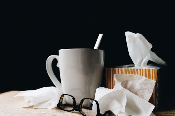 taza con una cuchara lentes negros y panuelos desechables como cuidarnos en invierno