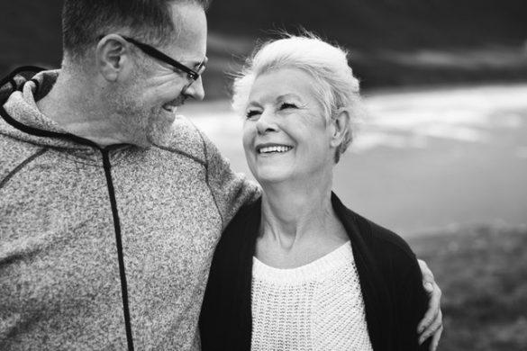 personas mayores mirandose con sudadera y sueter hablando de sexualidad en adultos mayores