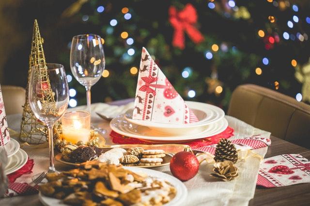 mesa con copas platos velas manteles servilletas para la cenas para navidad y ano nuevo