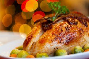 pieza de pavo cocido y decorado servido en un plato
