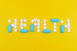 palabra hecha con diferentes pastillas blancas y azules