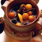 tarro de barro con ponche de frutas como tejocote manzana pasas bebida tradicional mexicana