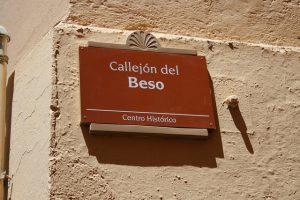 imagen de un letrero que indica la ubicación del llamado callejón del beso