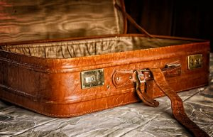 imagen de una maleta antigua de lo que parecer ser piel color cafe claro