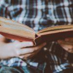 imagen de unas manos sosteniendo un libro abierto