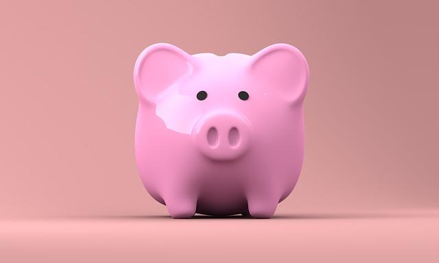 imagen de un cerdito de cerámica de color rosa con un fondo del mismo color