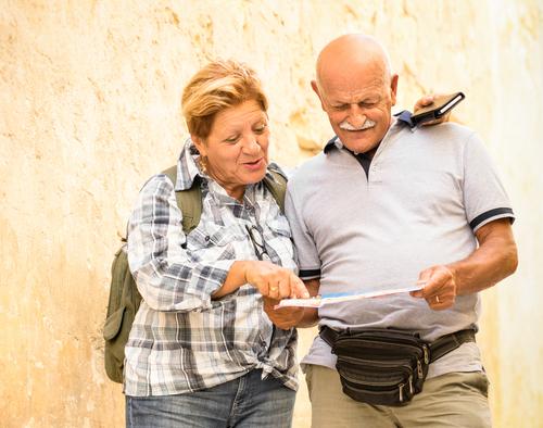 dos adultos mayores viendo lo qe parece ser un mapa