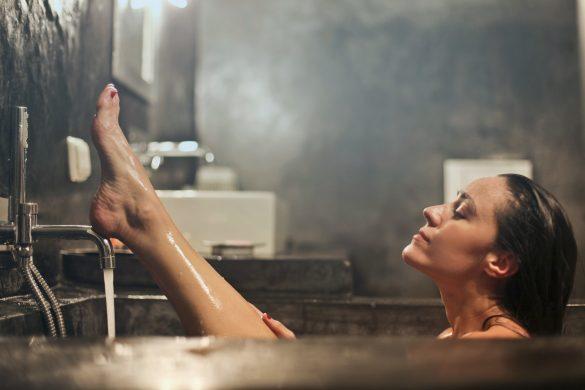 Mujer tomando un baño en la tina