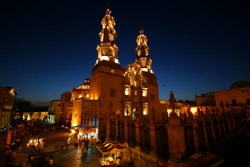 imagen de la catedral de Aguascalientes durante la noche