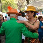 hombre de la tercera edad bailando con mujer menor