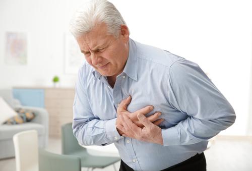 señor con problemas cardiacos sufre de un infarto
