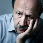 señor de la tercera edad en depresion por causa por la perdida de un ser querido