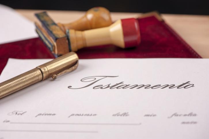 sellos pluma dorada y hoja de papale con el titulo de testamento