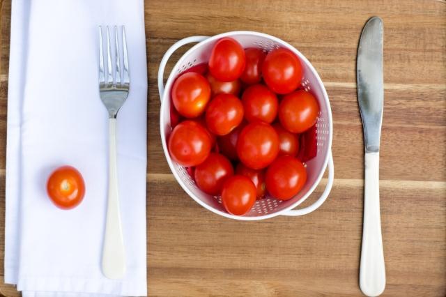 cubiertso servilleta de tela y plato con tomates