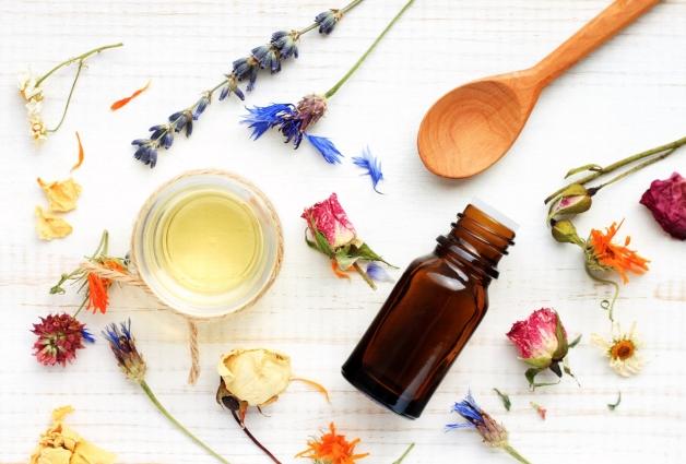 pala de madera diferentes flores y frasco aromatiza tu casa de forma natural