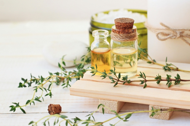 prar de frasco de vidrio tabla de madera y flores aromaticas