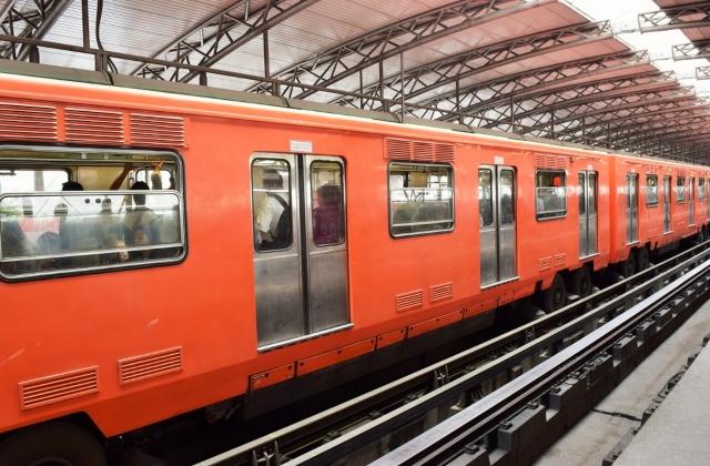 vias y tren color anaranjado
