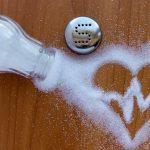 frasco de sal sobre una mesa
