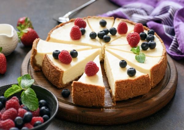 cheesecake de frutos rojos sobre una tabla de madera