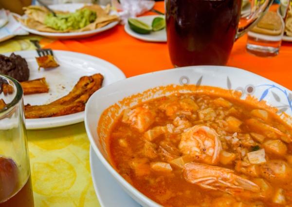 plato blanco con zacahuil comida tipica de veracruz y dos vasos de agua
