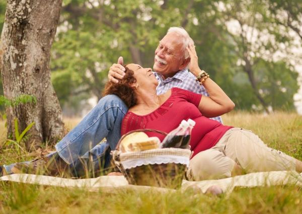 pareja de adultos mayores en dia de campo celebrando el dia del abuelo