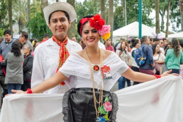 pareja con traje tipico de veracuz en color blanco negro y rojo