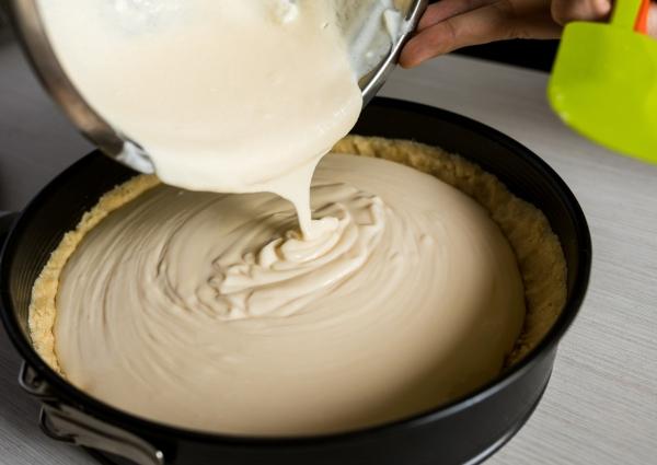 molde negro con mezcla para realizar cheesecake sin hornear