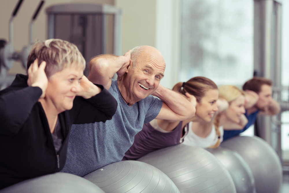 grupo de personas mayores haciendo ejercicio