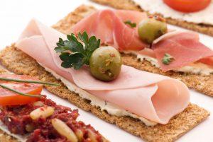 snacks elaborados con jamón y aceitunas