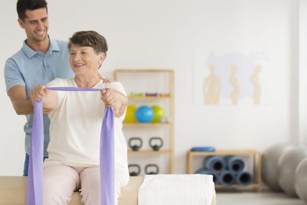persona de la tercera edad haciendo ejercicios con ligas