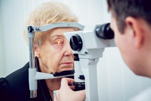 persona de la tercera edad en revisión oftalmológica