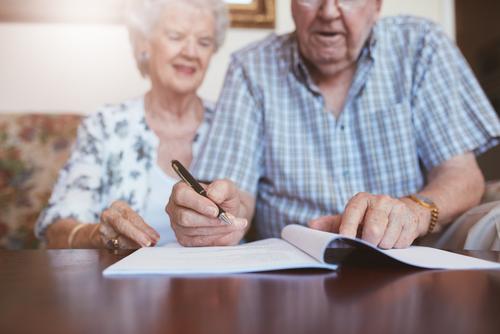 personas de la tercera edad redactando su testamento sentados en una sala