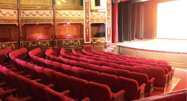 butacas en color rojo del teatro juarez y parte de escenario pueblos magicos de mexico