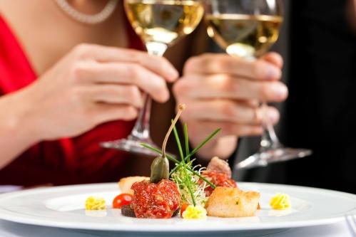 pareja en cena brindando con copas de vino maridaje para tu cena de navidad