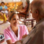 mujer hincada conviviendo con un adulto mayor