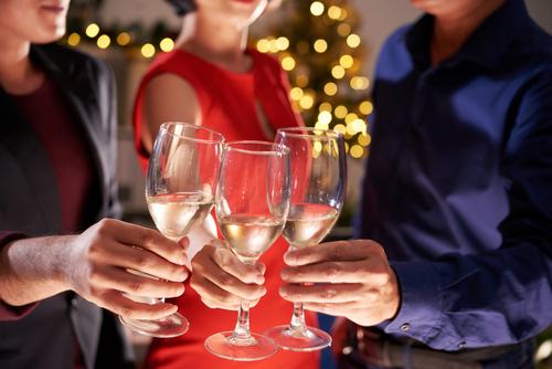 Personas brindando por año nuevo